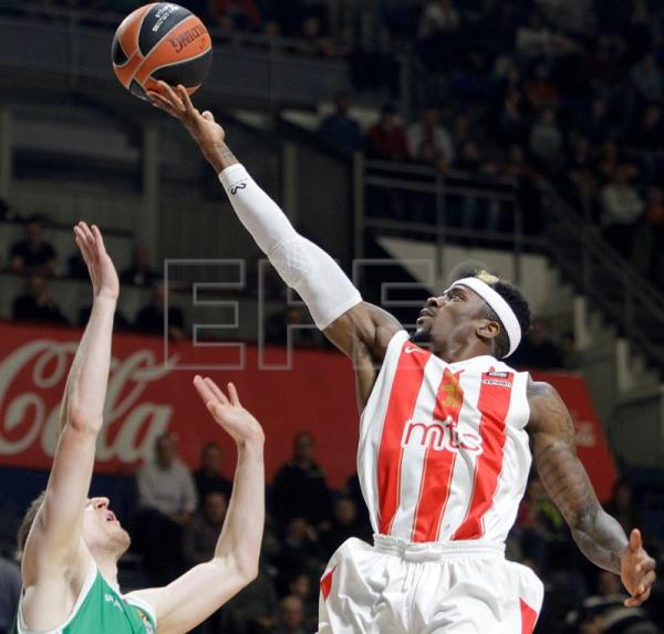 Red Star'Äôs Dylan Ennis (R) in action against Unicaja'Äôs Adam Waczynski (L) during the Euroleague basketball match between Red Star and Unicaja in Belgrade, Serbia. EPA/Archivo