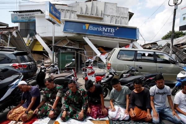 Locals search for belongings as aftershocks weaken after Indonesia 6.9 quake