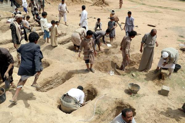 Yemenis dig graves for the victims of a Saudi-led airstrike hit a day ago a bus carrying children at a market in the northern province of Saada, Yemen, Aug. 10, 2018. EPA-EFE/STRINGER