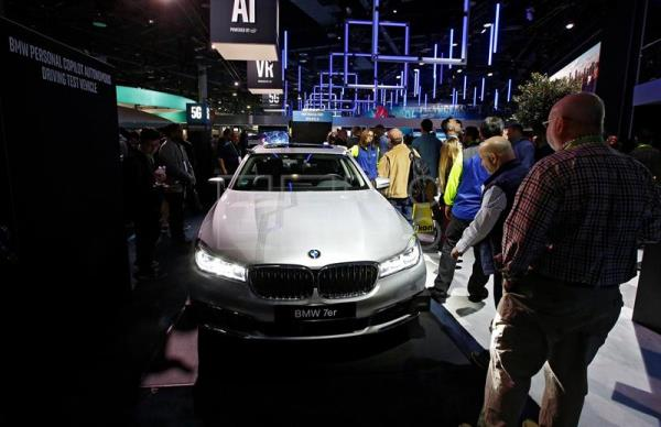 People look at a BMW at the 2018 International Consumer Electronics Show in Las Vegas, Nevada, USA, Jan. 10, 2018. EPA-EFE/LARRY W. SMITH