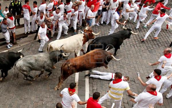 Several runners are chased by bulls of the Miura ranch during the eighth and last bullrun of Sanfermines 2017 in Pamplona, Navarra, northern Spain, July 14, 2017. EPA/VILLAR LOPEZ