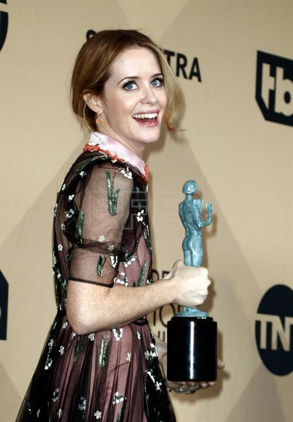 Claire Foy poses with the SAG Award for Best Female Actor in a TV Drama Series for 'The Crown' during the 23rd annual Screen Actors Guild Awards in Los Angeles, California, USA. EFE/Archivo
