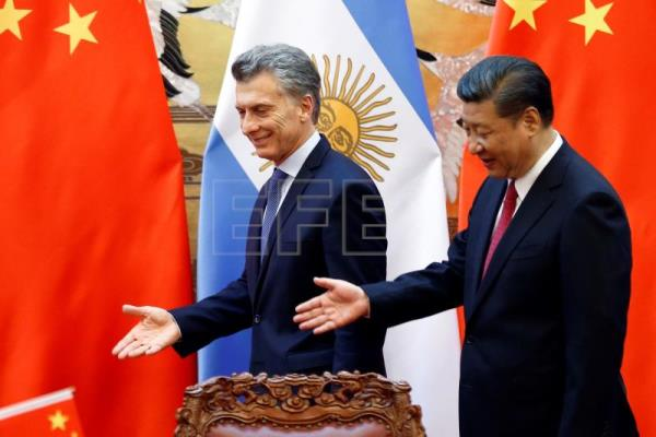 Chinese President Xi Jinping (R) and Argentina's President Mauricio Macri attend a signing ceremony at the Great Hall of the People in Beijing, China, May 17, 2017. EPA-EFE FILE/DAMIR SAGOLJ / POOL