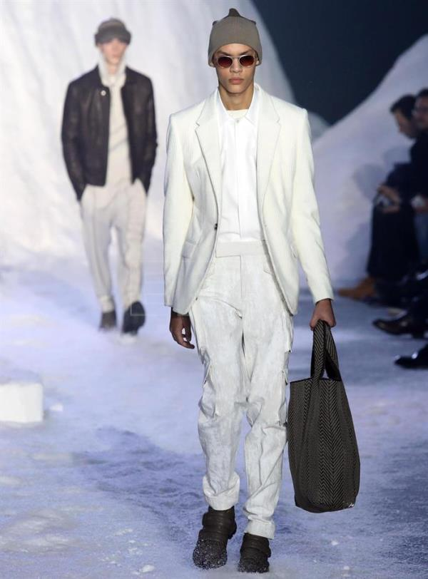 Models present creations by Italian fashion label Ermenegildo Zegna during the Milan Fashion Week, in Milan, Italy, 12 January 2018. The Men's Fall/Winter 2018/2019 collections are presented from 12 to 15 January. EFE