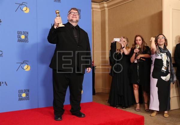 Guillermo del Toro holds the award for Best Director for 'The Shape of Water' in the press room during the 75th annual Golden Globe Awards ceremony at the Beverly Hilton Hotel in Beverly Hills, California, USA. EFE
