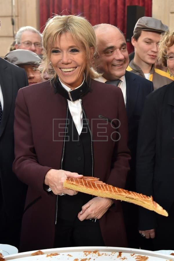 French first lady Brigitte Macron holds a slice of a traditional epiphany cake during a ceremony at the Elysee palace in Paris, France, 12 January 2018. EFE