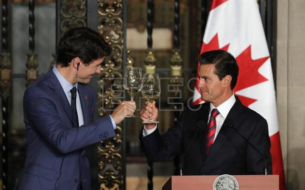 Mexico canada to try save nafta agreement amid trump threats mexican president enrique pena nieto r and canadian prime minister justin trudeau l platinumwayz