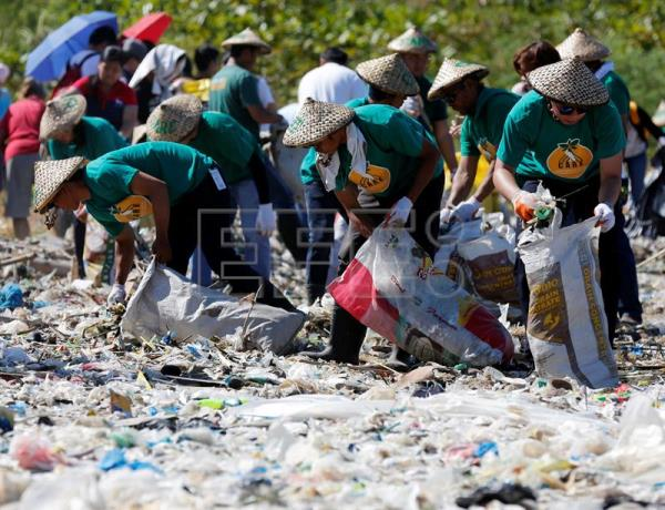 Filipino environmental advocates pick up rubbish on the coast of Freedom Island to mark the Earth Day in Las Pinas City, south of Manila, Philippines, 22 April 2016. EFE