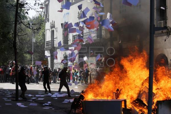 Chileans take to streets again to protest for 15th consecutive day
