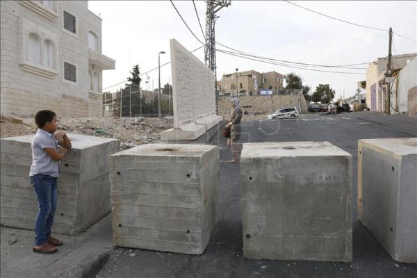 Concrete Security Walls : Israel pm halts placing concrete barriers in east