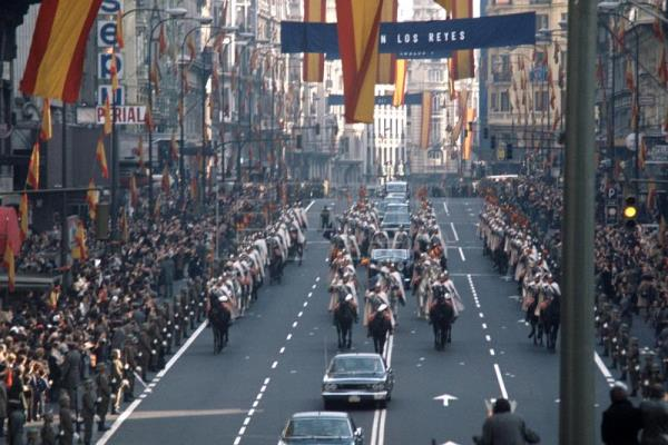 The kings of Spain, escorted by the Royal lancers, are greeted by the citizenship in Madrid's Gran Via avenue after Juan Carlos was proclaimed king of Spain,on 22 Nov 1975. EPA/EFE (FILE)/pm .