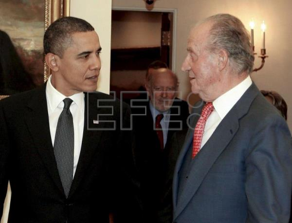 King Juan Carlos talks with US President Barak Obama after a meeting at the White House in Washington DC, Feb 17, 2010. EPA-EFE(FILE) /Casa de S.M. el Rey/Santiago Borja