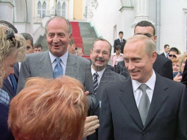 King Juan Carlos and the President of Russia, Vladimir Putin, strolling in the grounds of the Moscow Kremlin on the second day of the monarch's official visit to Russia. .EFE/EPA (FILE) /PRESIDENTIAL PRESS SERVICE ITAR-TASS POOL/gb