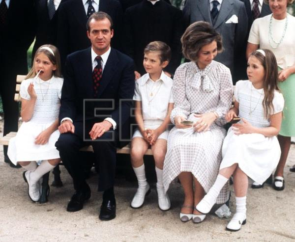 Spain's future royal family (L to R Infanta Elena, Crown Prince Juan Carlos, Prince Felipe, Crown Princess Sofia, Infanta Elena) pose at the Palacio de la Zarzuela chapel after Prince Felipe's First Communion, in Madrid , May 30th, 1975, six months before Juan Carlos was sworn king. EFE-EPA(FILE)/aa