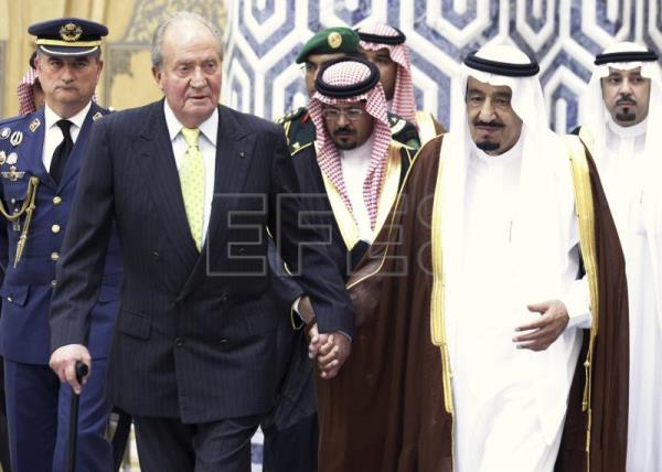 King Juan Carlos holding hands with Salman bin Abdulaziz al Saud (R), Saudi Arabia's heir prince and minister of defence, in Jeddah during the king's official visit to Saudi Arabia, on May 17th, 2014.EPA-EFE(FILE)/SERGIO BARRENECHEA
