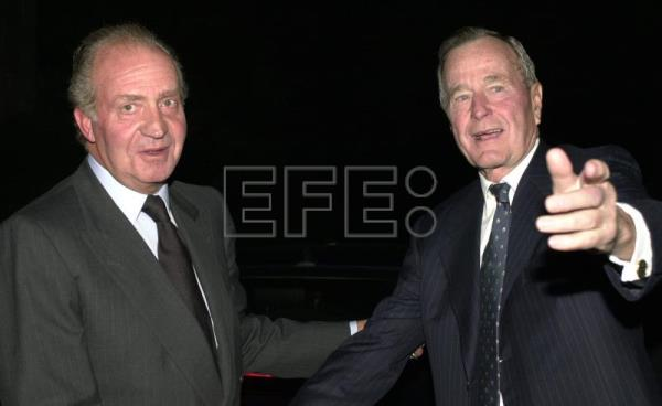 MD.35.MADRID, 13.11.00.-King Juan Carlos and former US president George H.W. Bush prior to a gala dinner at the Palacio de la Zarzuela in Madrid, Spain on Nov 13, 2000. EPA-EFE (FILE) /OSCAR MORENO