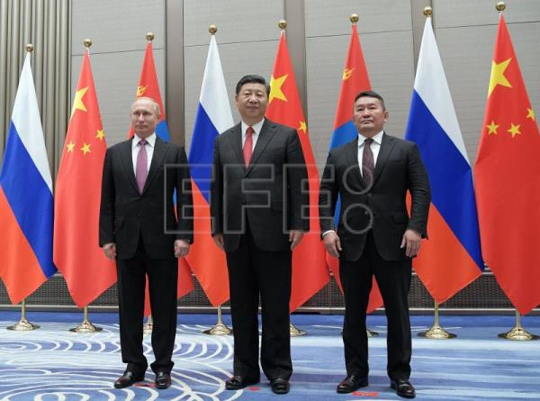Russian President Vladimir Putin (L), Chinese President Xi Jinping (C) and Mongolian President Khaltmaa Battulga (R) pose for a picture during their trilateral meeting the sidelines of the Shanghai Cooperation Organization (SCO-2018) Summit in Qingdao, Shandong province, China, 09 June 2018. (Rusia) EFE/EPA/Alexei Druzhinin/ SPUTNIK / KREMLIN POOL MANDATORY CREDIT