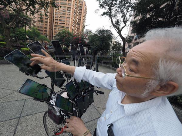 Taiwan man mounts 22 cellphones onto bike to catch Pokemon