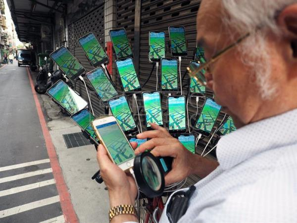 Taiwanese grandpa plays 'Pokemon Go' on 24 phones on his bicycle