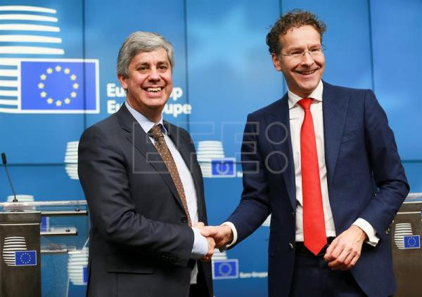 Newly elected President of the Eurogroup Portuguese Finance Minister Mario Centeno (L) poses with outgoing President of Eurogroup, Dutch, Jeroen Dijsselbloem during a new conference after the election in Brussels, Belgium, Dec. 4, 2017. EPA-EFE/OLIVIER HOSLET