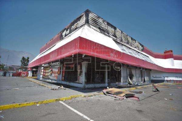 3 dead in riots, supermarket fires in Chilean capital