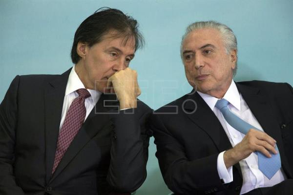 The president of the Senate Elnicio de Oliveira (L) and the Brazilian President Michel Temer talk during the presentation of the agricultural and livestock plan to 2017-2018, at the Planalto Palace, in Brasilia, Brazil, Jun. 7, 2017. EFE/Joedson Alves