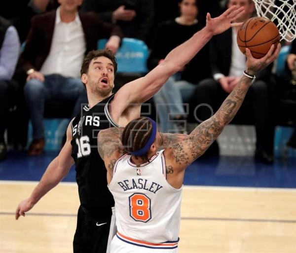 Michael Beasley (d) de Knicks disputa el balón con Pau Gasol (i) de Spurs durante su juego de baloncesto de la NBA entre San Antonio Spurs y New York Knicks en el Madison Square Garden en Nueva York (EE.UU.). EFE