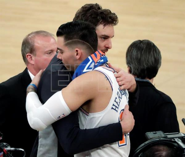 Pau Gasol (i) de Spurs abraza a Willy Hernangomez (d) de Knicks, al finalizar el partido durante su juego de baloncesto de la NBA entre San Antonio Spurs y New York Knicks en el Madison Square Garden en Nueva yOrk (EE.UU.). EFE