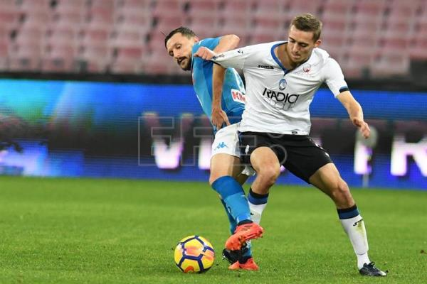 Napoli's Mario Rui (L) and Atalanta's Timothy Castagne in action during the Italy Cup quarter-final soccer match SSC Napoli vs Atalanta BC at San Paolo stadium in Naples, Italy, Jan. 2, 2018. EPA-EFE/CIRO FUSCO