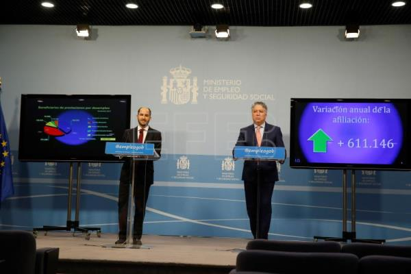 Spanish Secretary of State Juan Pablo Riesgo (L) and Secretary of State for Social Security Tomas Burgos (R), at a news conference in Madrid, Spain, Jan 3 2018 to announce Spain's latest unemployment figures. EPA-EFE/ Paco Campos