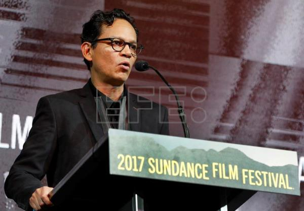 "Mexican director Ernesto Contreras receives the Audience Award: World Cinema Dramatic for ""Sueño en otro idioma"" (I Dream in Another Language) at the Sundance Film Festival on Jan. 28, 2017. EFE"