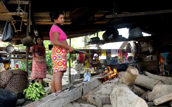 Photo provided on Mar. 20, 2017 showing Embera indigenous people cooking in Quibdo, Colombia, Mar. 18, 2017. EFE/LEONARDO MUÑOZ