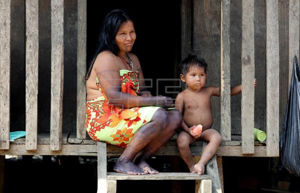 Photo provided on Mar. 20, 2017 showing an Embera indigenous woman with her son, in Quibdo, Colombia, Mar. 18, 2017. EFE/LEONARDO MUÑOZ