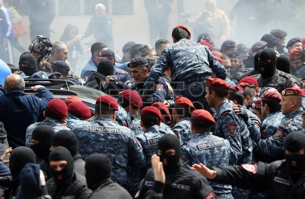 Armenian police scuffle with opposition supporters during a rally in Yerevan, Armenia 22 April 2018. EFE