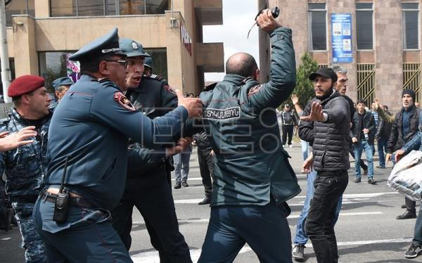 Armenian police detain an opposition supporter during a opposition rally in Yerevan, Armenia 22 April 2018. Armenian police arrested the leader of the anti-government protests in Armenia shortly after negotiations between between opposition leader Pashinyan and Prime Minister Sargsyan failed. (Protestas) EFE