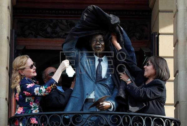 Patricia de Lille (R) with Helen Zille (L) unveil the bronze statue of Nelson Mandela at the City Hall balcony in Cape Town, South Africa, July 24, 2018. EPA-EFE/NIC BOTHMA