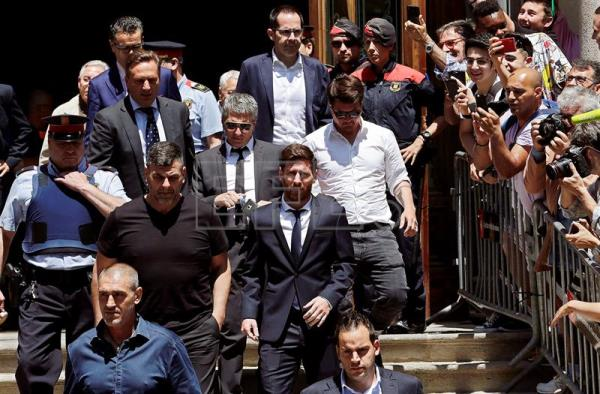 FC Barcelona's Argentinian striker Lionel Messi (C) and his father Jorge Horacio Messi (C-L, with glasses) leave court, in Barcelona, Spain, June 2, 2016. EFE