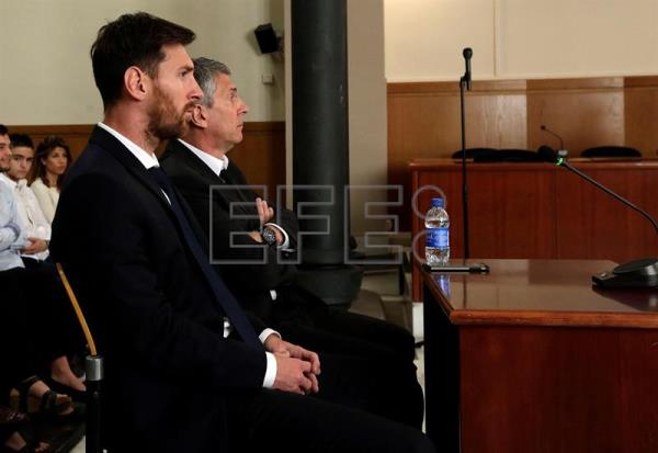 Argentine soccer player Lionel Messi (L) and his father, Jorge Horacio Messi (R), at court in Barcelona, Spain, on June 2, 2016.