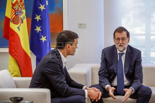 Spanish Prime Minister, Mariano Rajoy (R), speaks to the Secretary-General of Spanish Socialist Workers' Party (PSOE), Pedro Sanchez, during their meeting at the Moncloa Palace in Madrid, Spain, Sept. 7, 2017. EPA-EFE/Emilio Naranjo