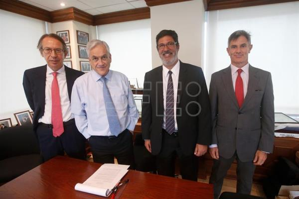 Photo provided on Sept. 7, 2017 showing (L-R) the president of Spain's international news agency Agencia EFE, Jose Antonio Vera, Chilean former president and presidential candidate Sebastian Piñera, the head of Acciona Chile, Diego Pini, and Agencia EFE bureau chief in Chile Manuel Fuentes, during a meeting in Santiago, Chile on Sept. 6, 2017. EFE/Elvis Gonzalez