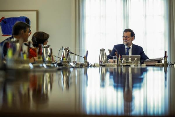 Spanish Prime Minister, Mariano Rajoy (R), speaks with Deputy Prime Minister, Soraya Saez de Santamaria (2-L), and the Minister of Justice, Rafael Catala, during an extraordinary Cabinet meeting held at the Palace of La Moncloa, in Madrid, Spain, on Sept. 7, 2017. EPA-EFE/Emilio Naranjo