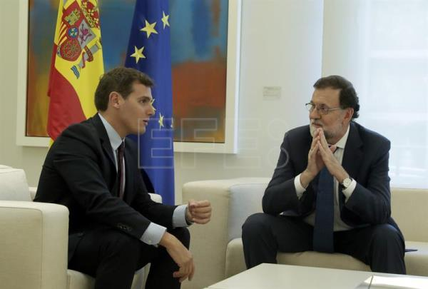 Spanish Prime Minister Mariano Rajoy (R) speaks with President of Spanish Party Ciudadanos Albert Rivera (L) during their meeting at the Moncloa Palace in Madrid, Spain, Sept. 7, 2017. EPA-EFE/ZIPI
