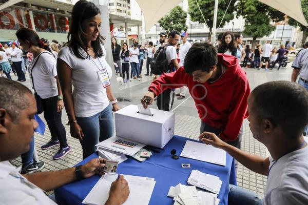Venezuelans cast their ballots at a voting site in Caracas, Venezuela, on July 16, 2017, during the non-binding referendum organized by the opposition on the country's political future. EFE/Miguel Gutierrez