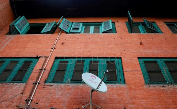A satellite dish hangs on wall of a building in Srinagar, the summer capital of Indian Kashmir. The cinemas in Kashmir were closed after eruption of militancy in 1990. People now watch movies at homes on their TV sets through satellite TV channels, DVDs and CDs. (Cine) EFE