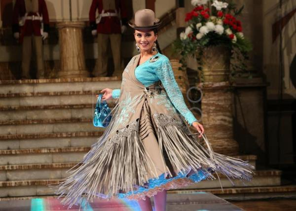 A Bolivian Beauty Queen Wears Design Of Designer Eliana Paco Paredes In The Government