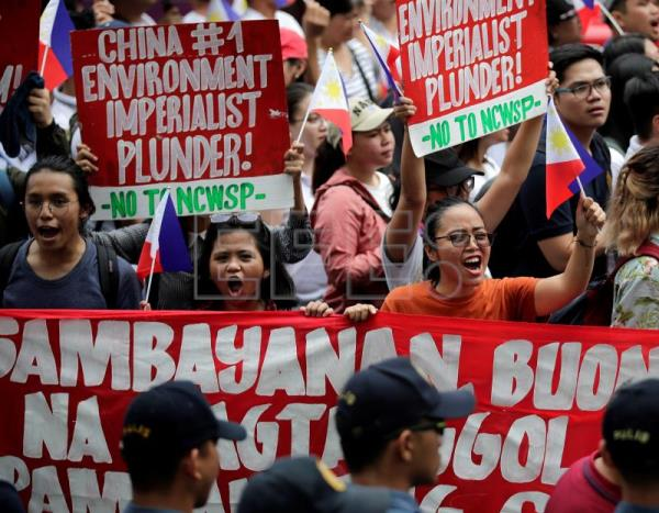 Hundreds protest against China's growing presence in Philippine territory