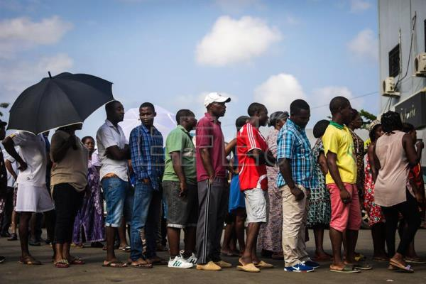 People queue to cast their ballots for the Equatorial Guinea legislative elections in Malabo, Equatorial Guinea, 12 November 2017. Equatorial Guinea holds legislative elections on 12 November. EPA-EFE/MARIO CRUZ