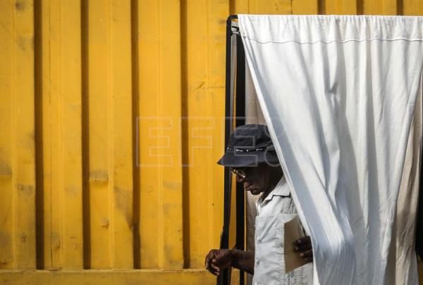 A woman casts his ballot for the Equatorial Guinea legislative elections in Malabo, Equatorial Guinea, 12 November 2017.  EPA-EFE/MARIO CRUZ
