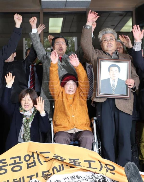 Family members raise their hands in celebration after a Supreme Court's ruling in Seoul, South Korea, 29 November 2018. EPA-EFE FILE/YONHAP SOUTH KOREA OUT