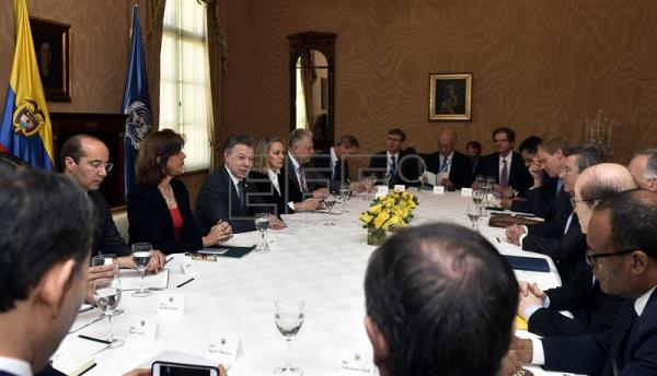 Photo provided by Colombia's Presidency showing President Juan Manuel Santos (3-L), next to Foreign Minister Maria Angela Holguin (2-L), and Colombia's Ambassador to the UN, Maria Emma Mejia (4-L), during a meeting with members of the United Nations Security Council at Casa de Nariño presidential palace in Bogota, Colombia on May 4, 2017. EFE/Colombia's Presidency/Cesar Carrion